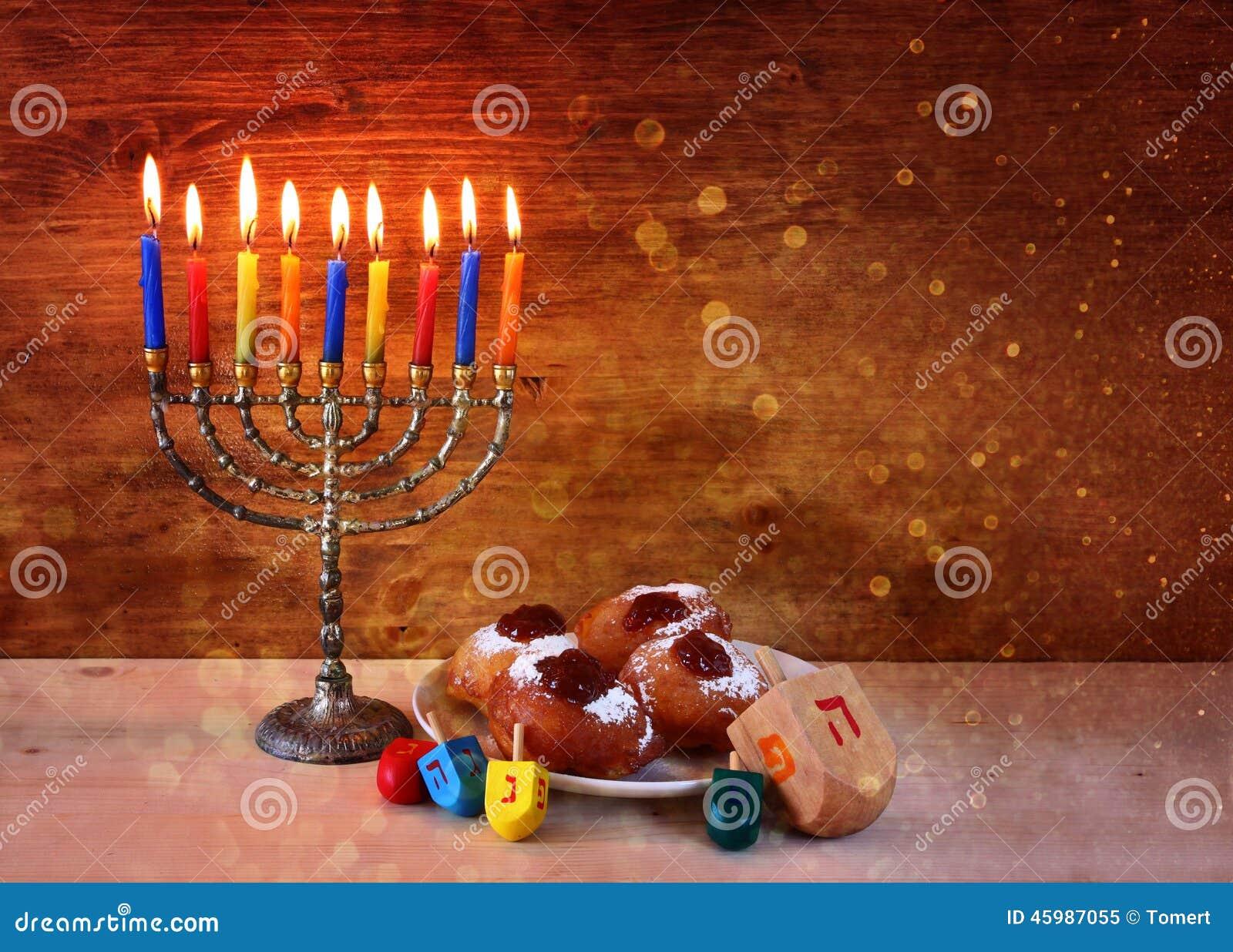 与menorah,在木桌的多福饼的犹太假日光明节 减速火箭的被过滤的图象