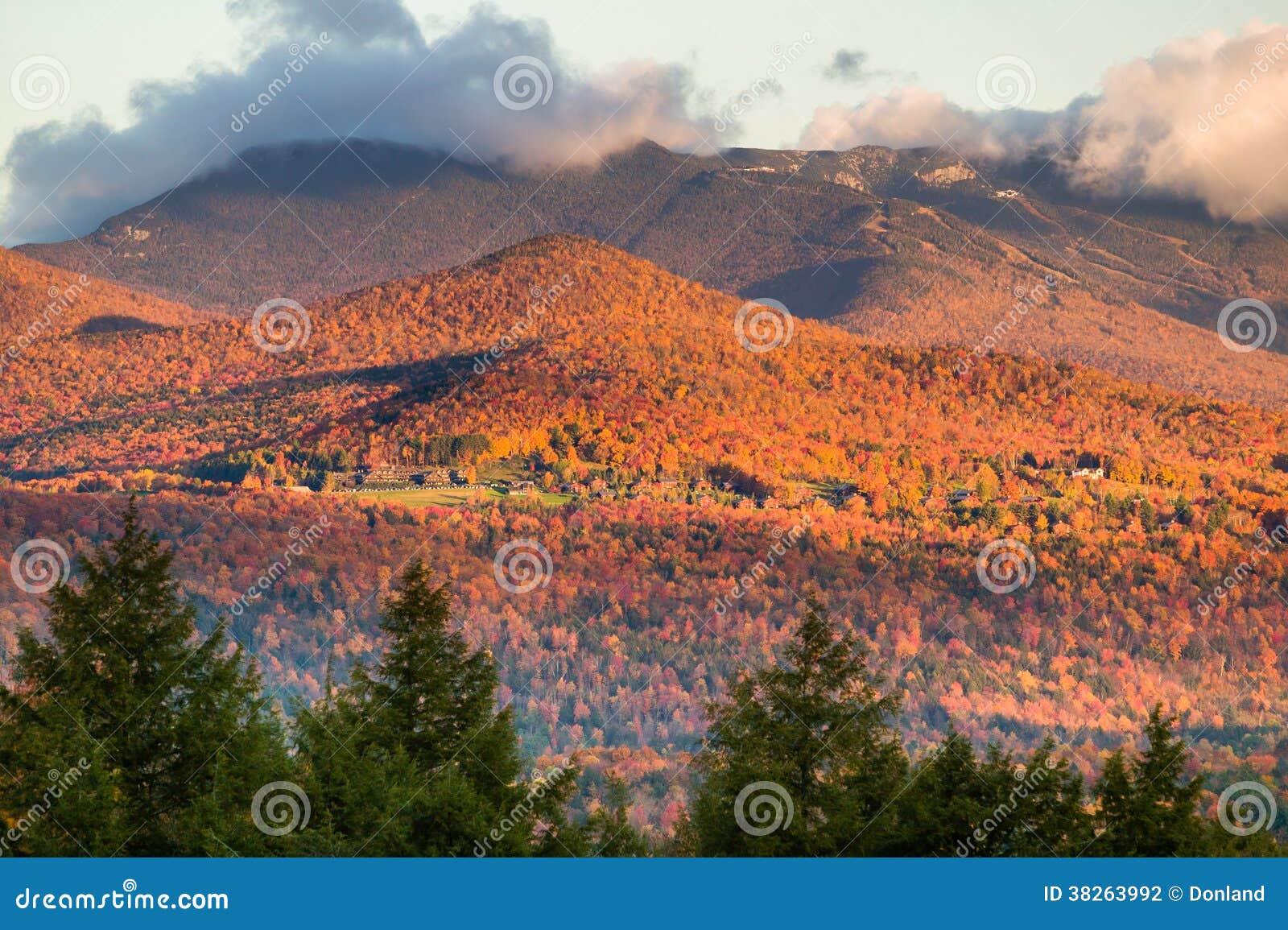 与Mt.曼斯菲尔德的秋叶在背景中。