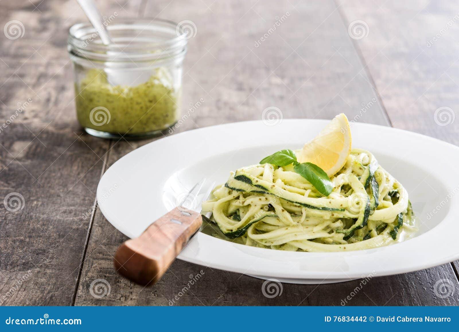 与pesto的夏南瓜面条在木桌上调味