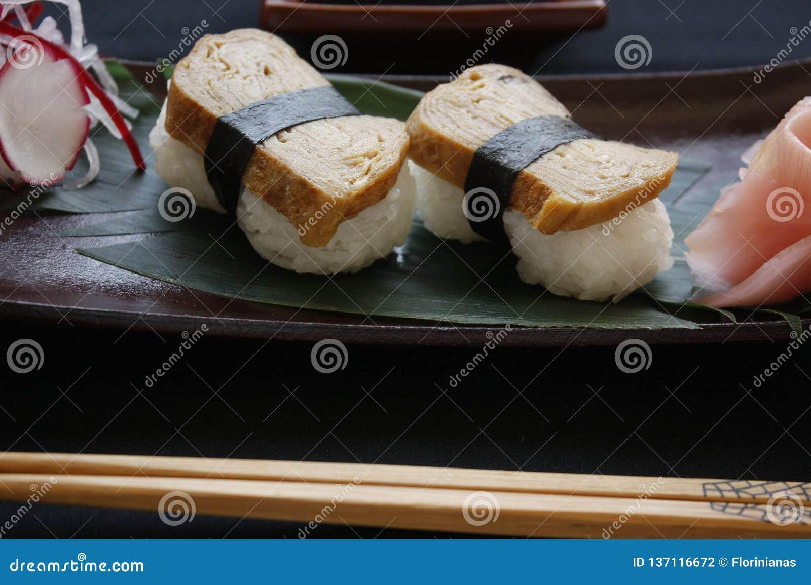 与Tamago顶部的Nigiri寿司