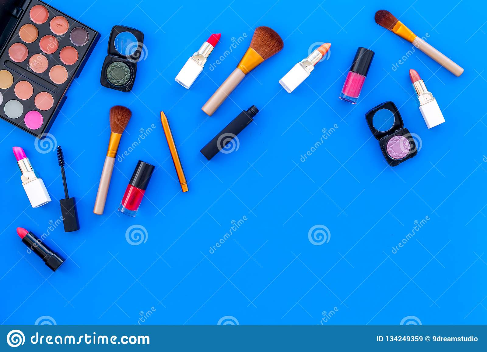 专业化妆用品设置与眼影膏调色板在蓝色背景顶视图空间的文本的