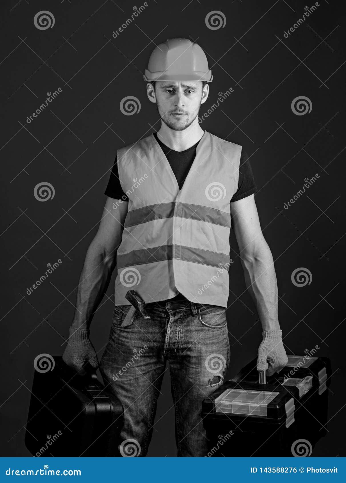 专业安装工概念 工作者,杂物工,安装工,在严密的面孔的建造者运载与专业工具的袋子