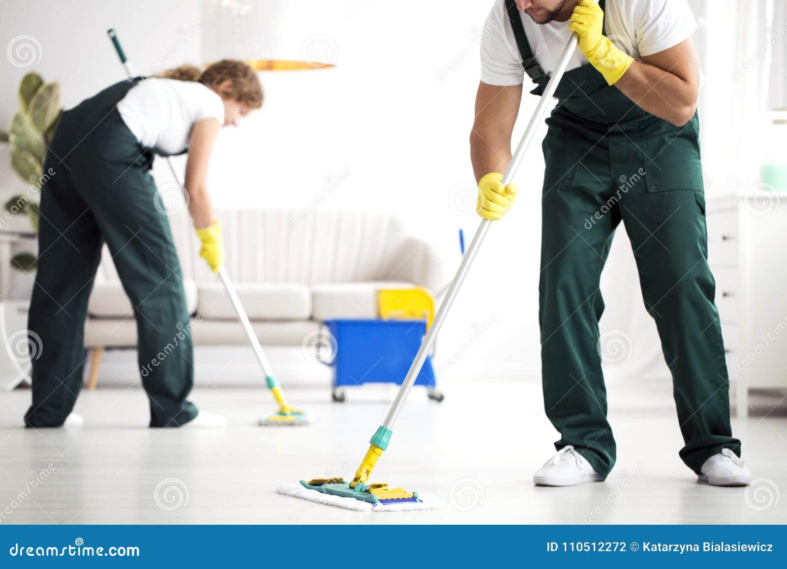 专业清洗人员洗涤的地板