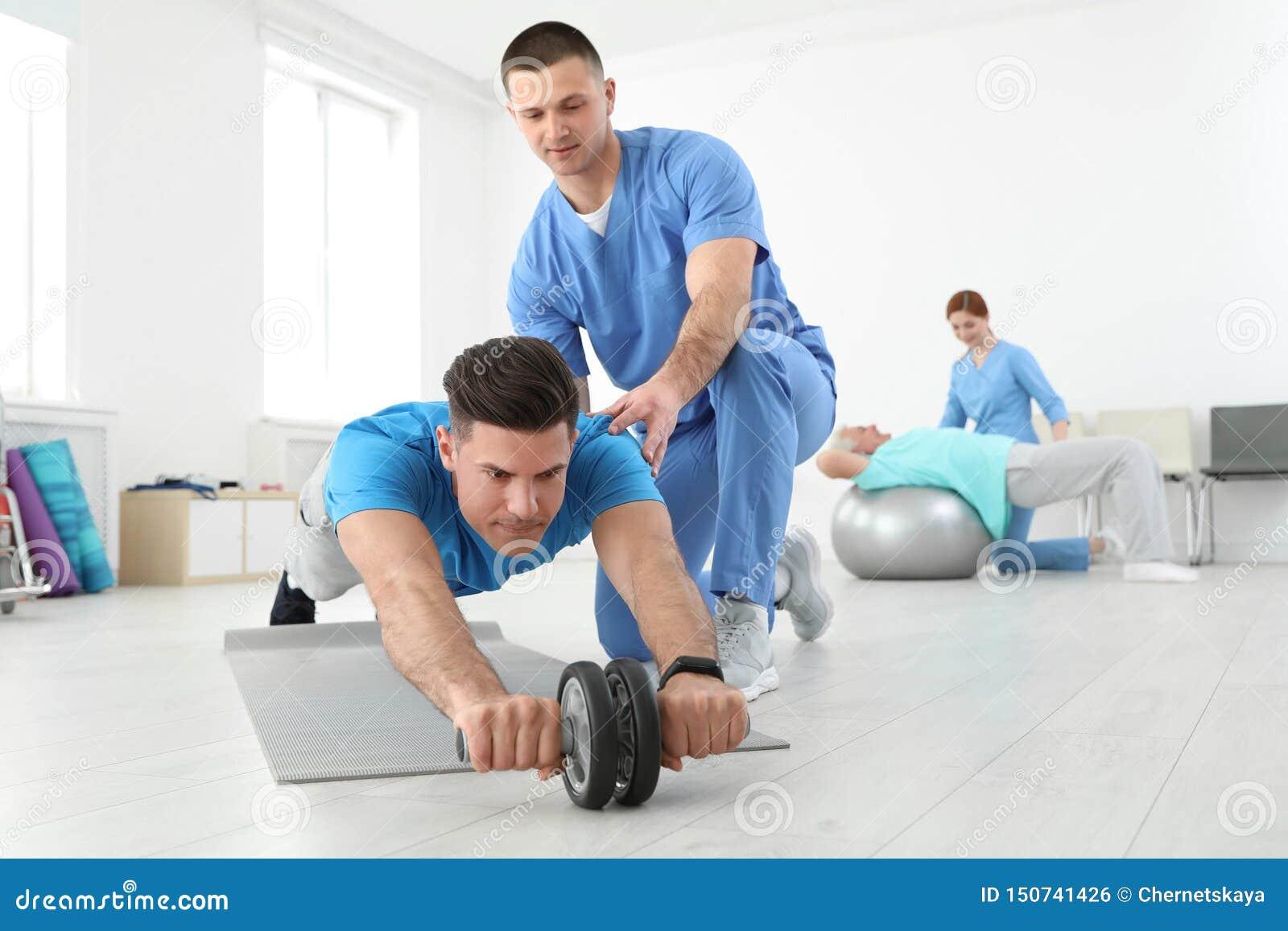 专业生理治疗师与男性患者一起使用