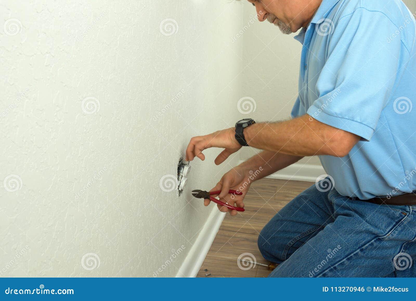专业电工或打破的老练房主固定