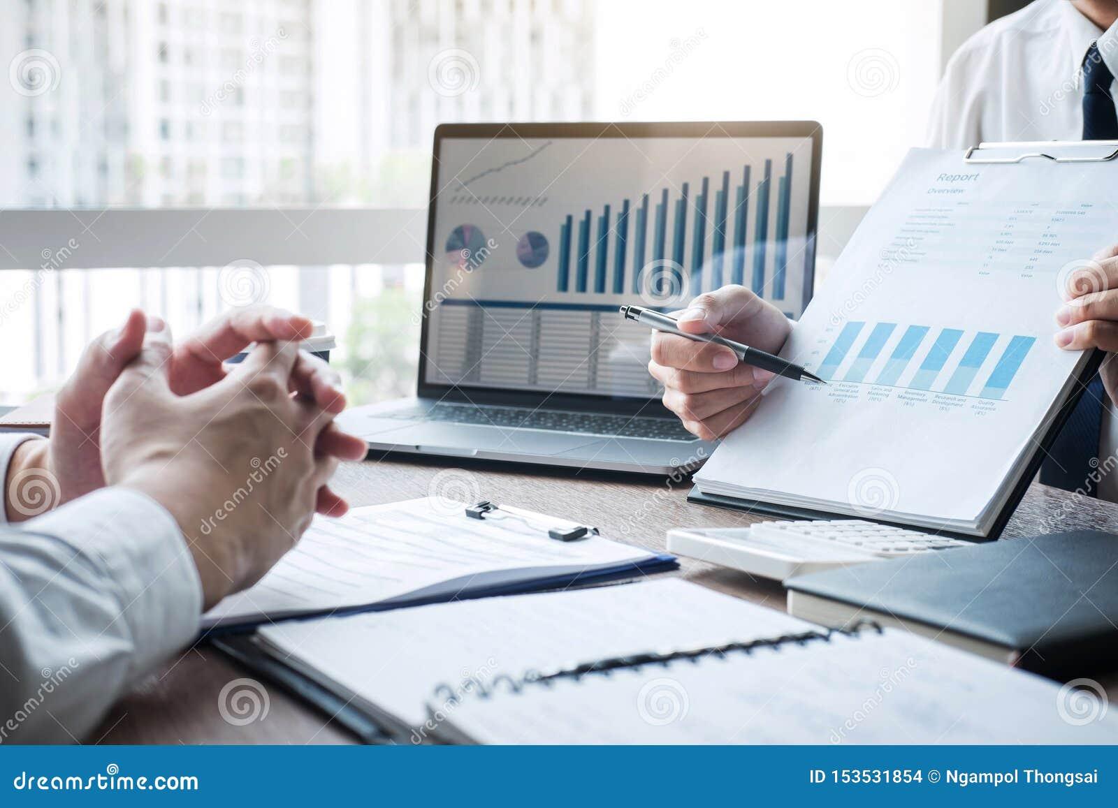 专业行政经理,商务伙伴谈论想法销售计划和投资介绍项目在会议上