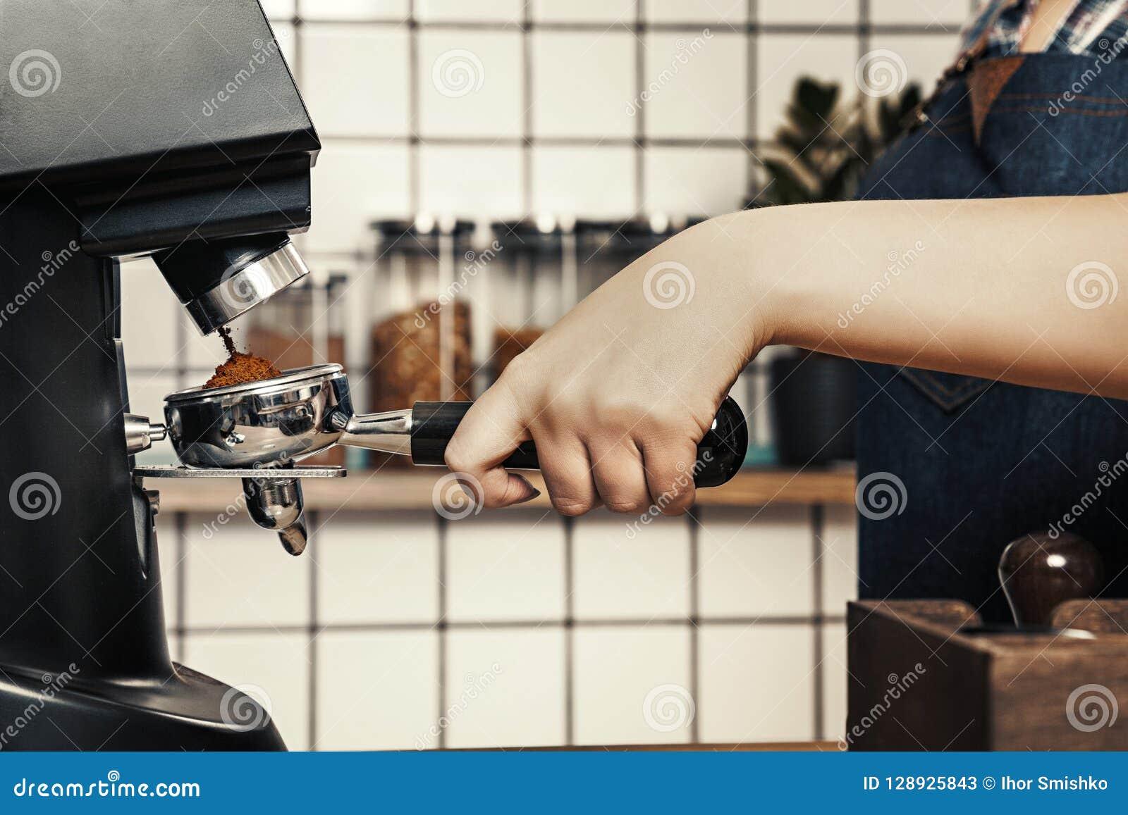 专业barista研咖啡在一家斯堪的纳维亚式咖啡店