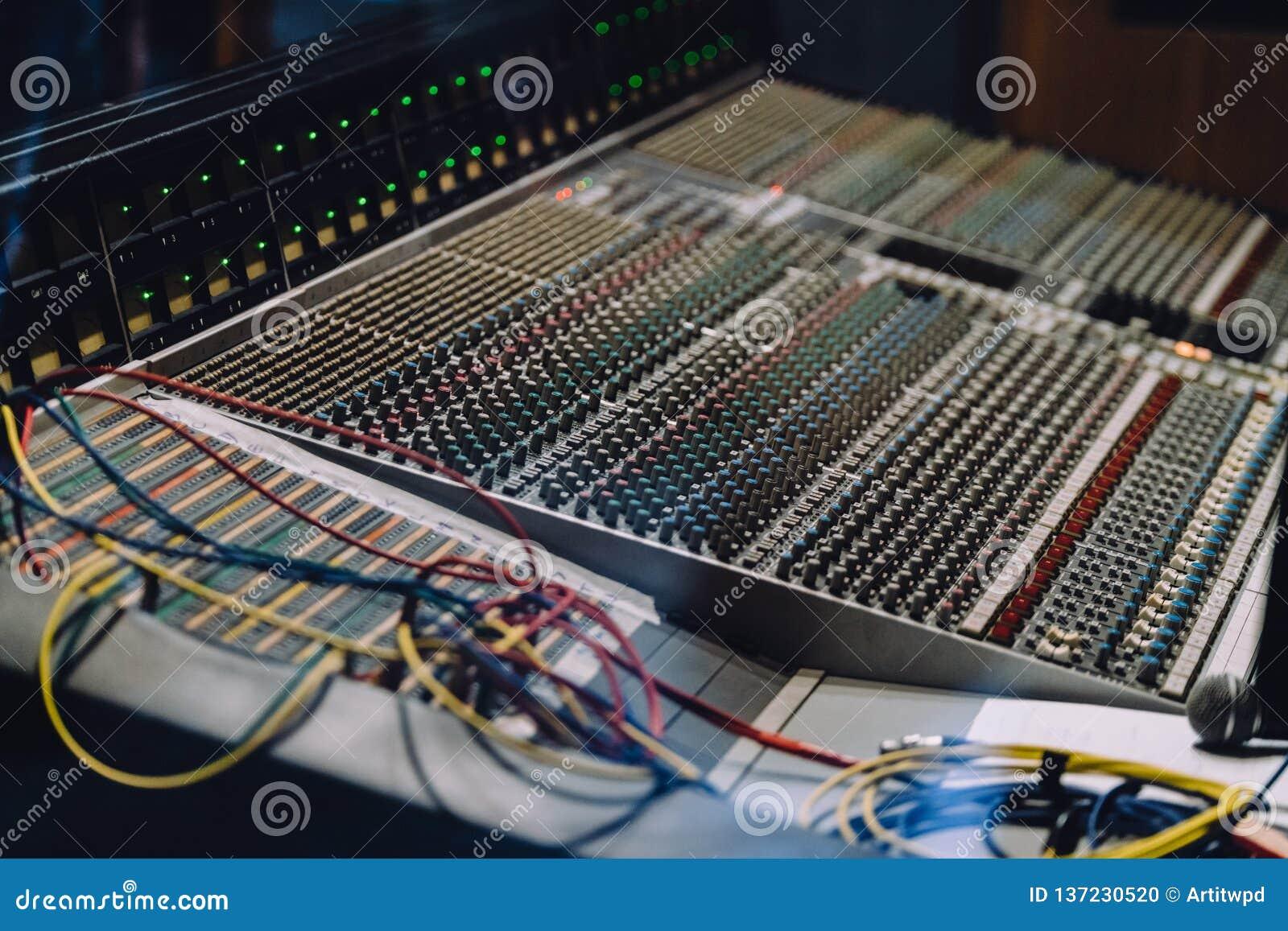 专业soundboard包括与按钮的音频搅拌器控制板和滑子、绳子和话筒在录音室