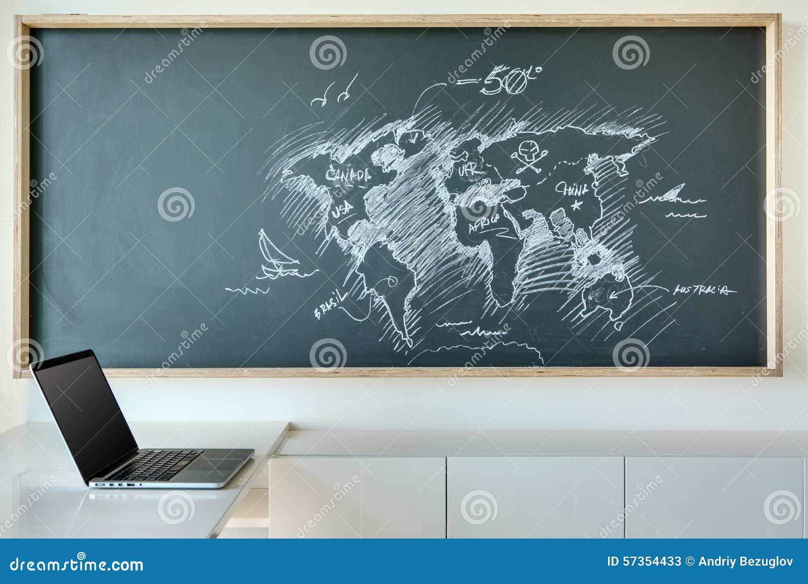 世界的被绘的白色白垩地图在幽默的