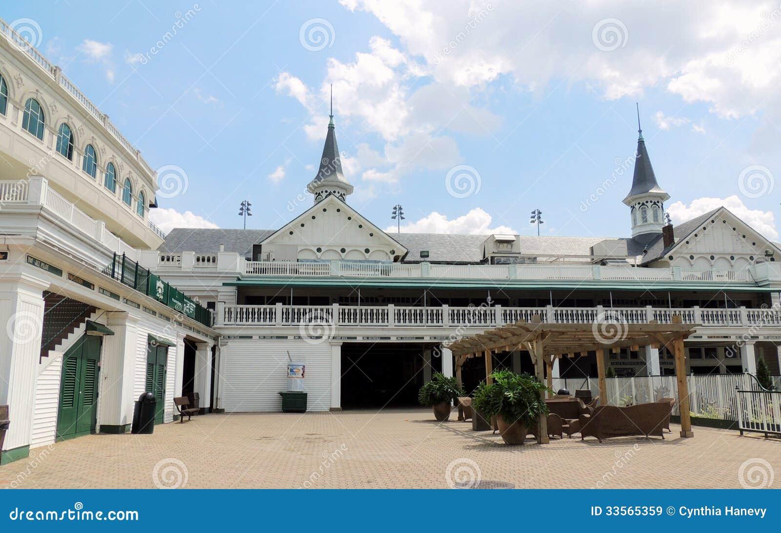 丘吉尔Downs :双尖顶和庭院