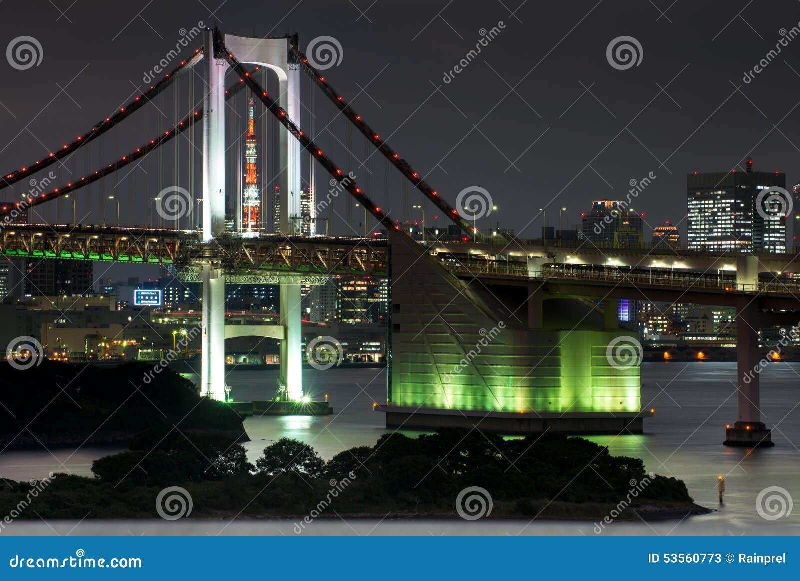 东京铁塔和彩虹桥在东京,日本