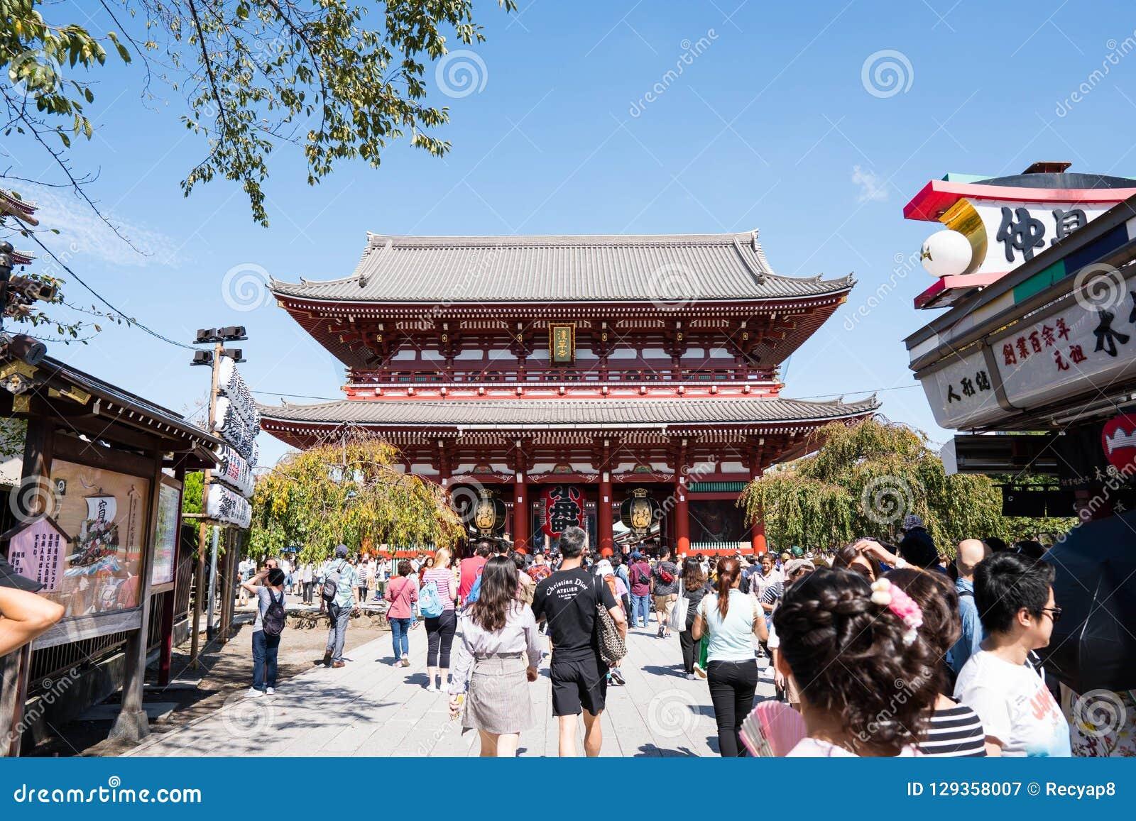 东京,日本- 2018年10月7日:游人是走和参观Sensoji寺庙