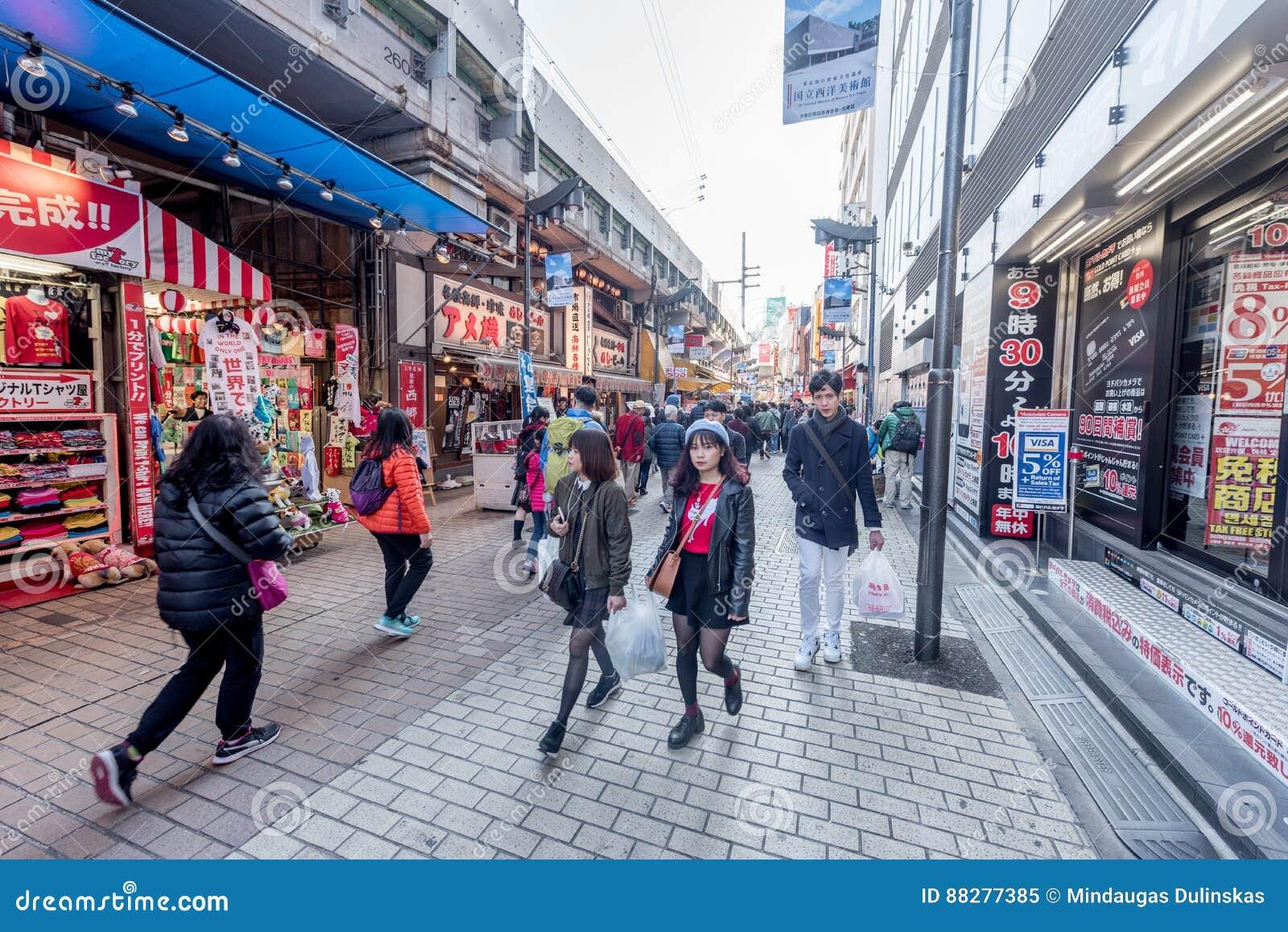 东京,日本- 2017年1月28日:Ameyoko购物街道在东京 Ameyoko是沿山手线轨道的繁忙的农贸市场