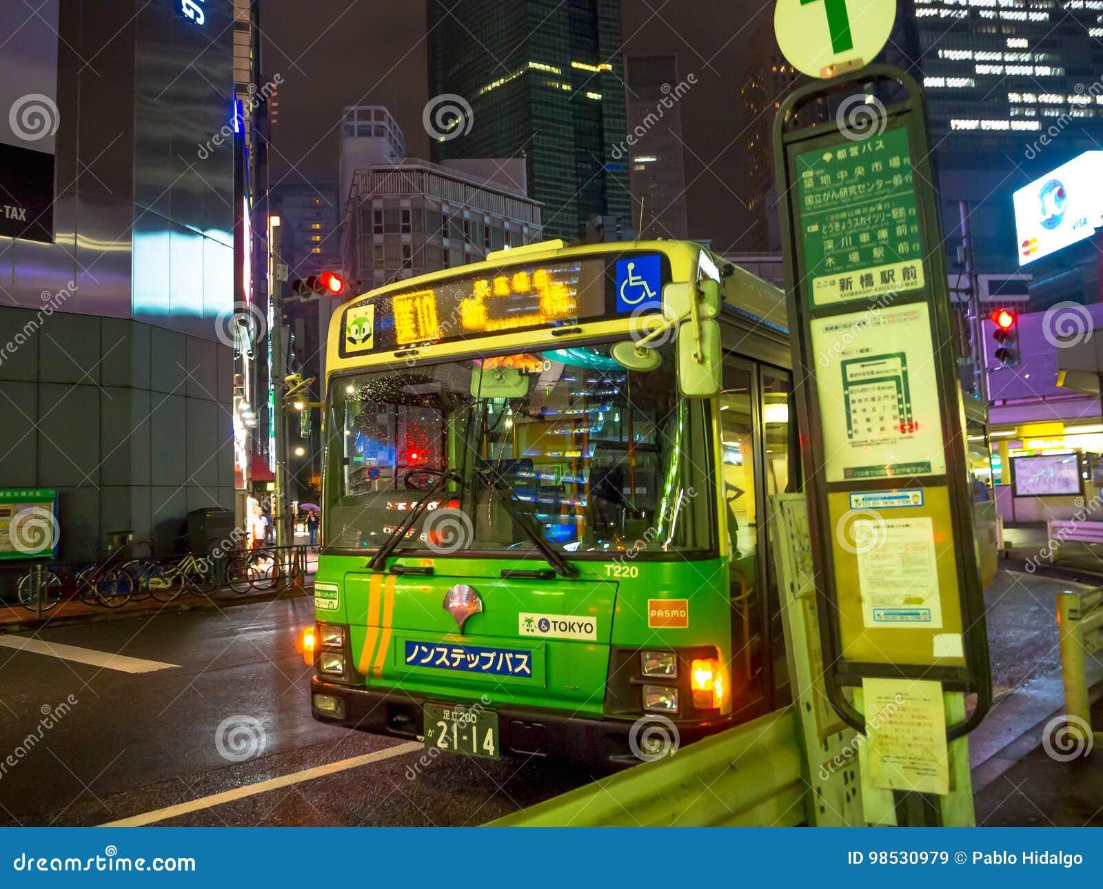 东京,日本2017年6月28日- :公车运送等在公共汽车站人在街道在新宿金黄盖氏,位于东京