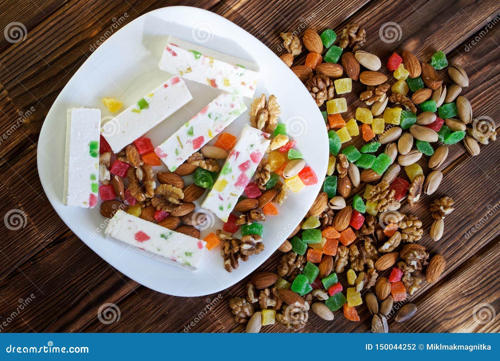 东部甜点:在脯、开心果、杏仁和核桃旁边的白色喉片 全国阿拉伯盘