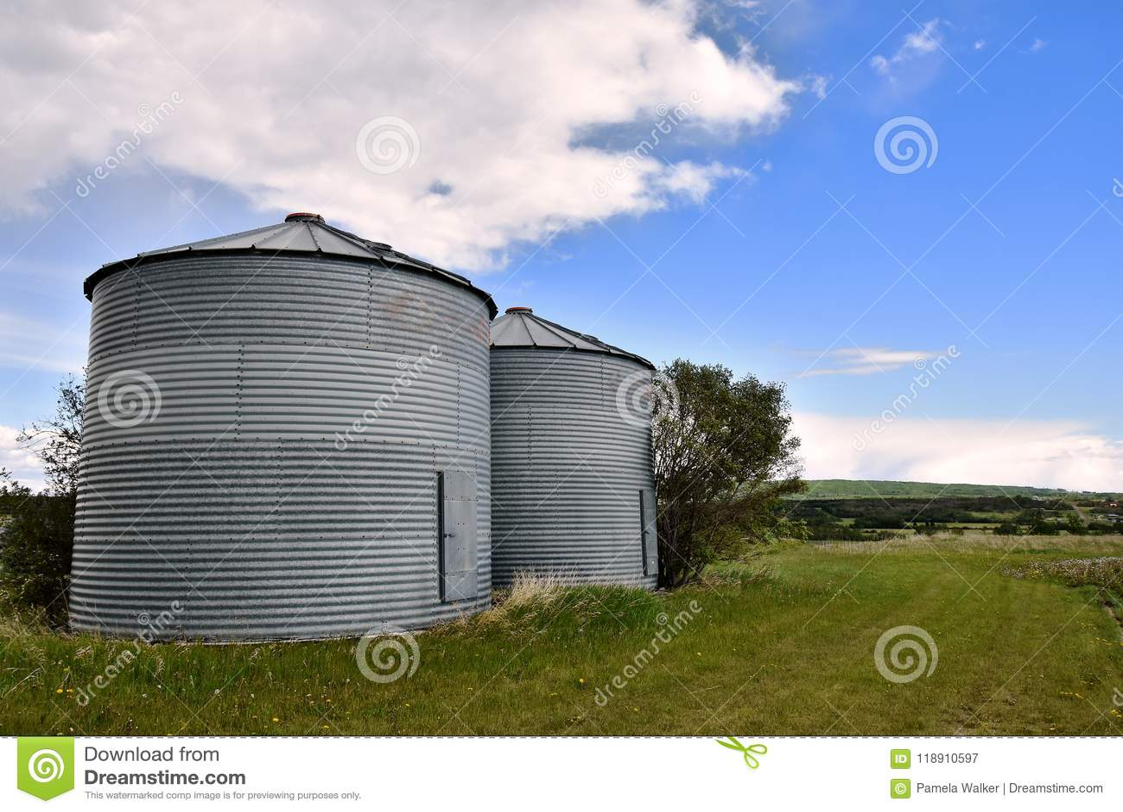 两个五谷容器筒仓