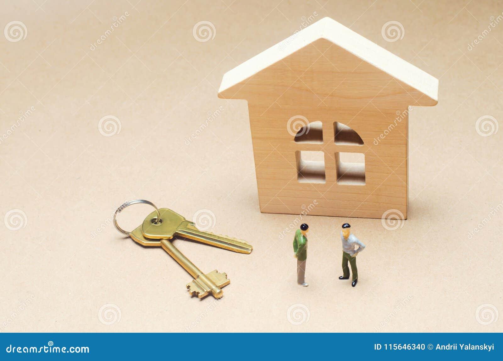 两个人在一个木房子附近站立 实际概念的庄园 买卖公寓 房子租赁 合同si
