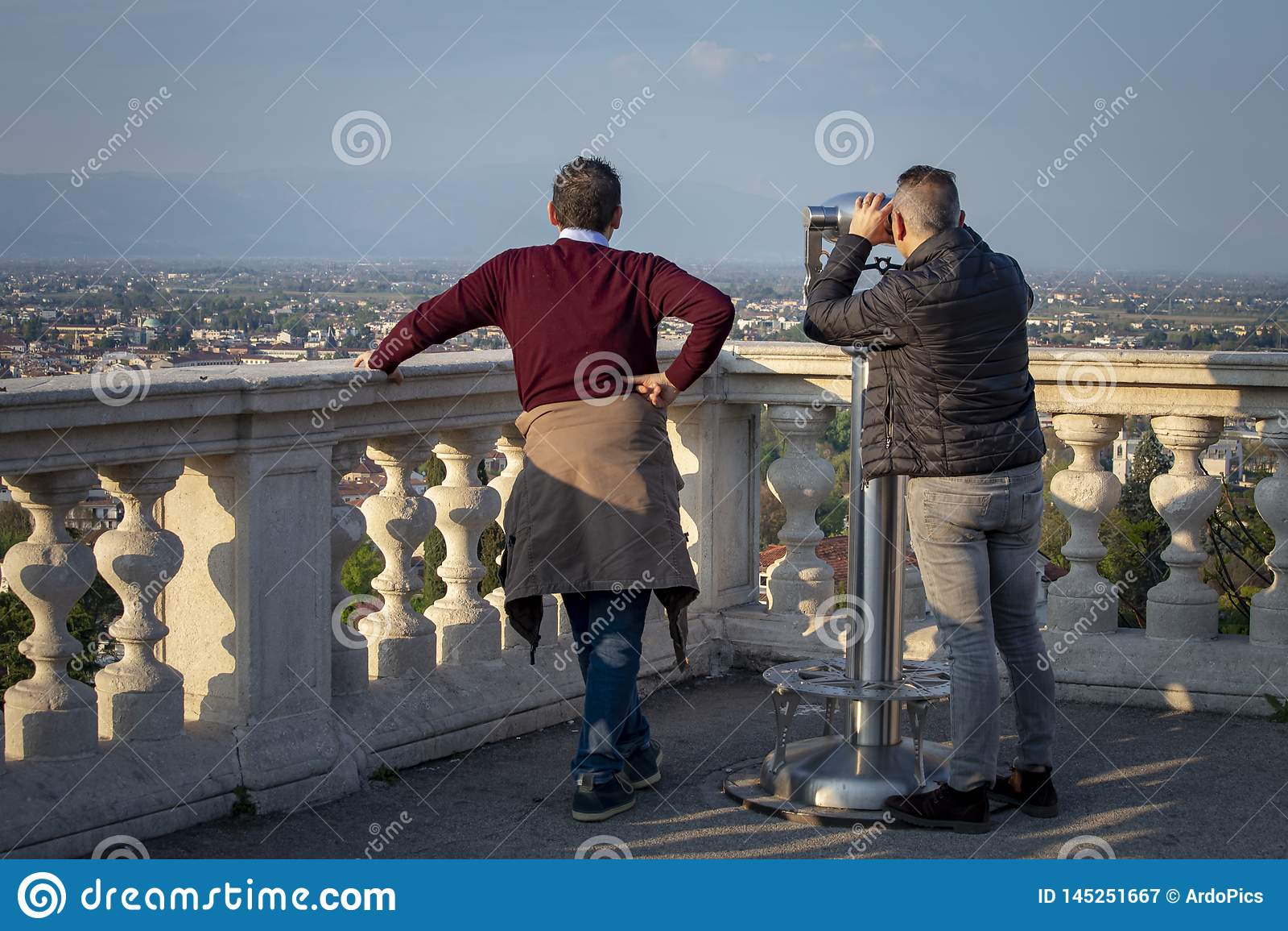 两个人观察威岑扎有双筒望远镜的