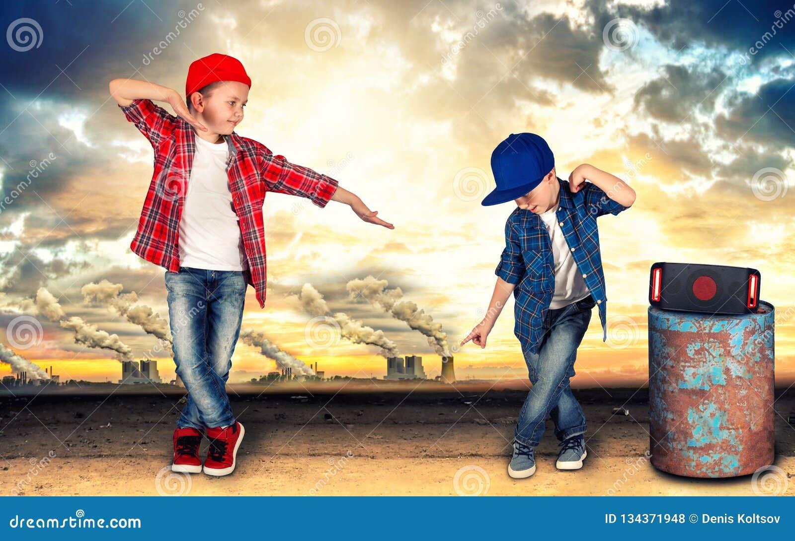 两个兄弟跳舞节律唱诵的音乐 凉快的孩子