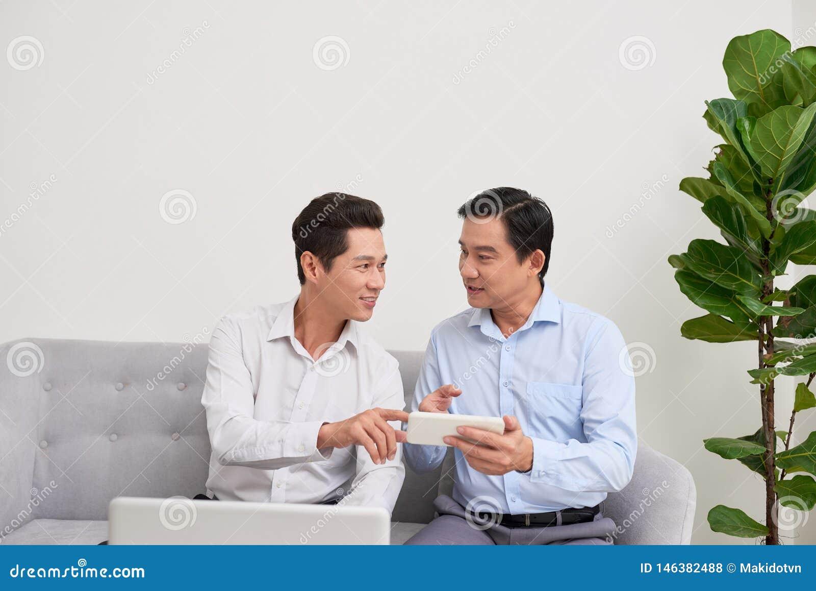 两个商人在办公室工作 E