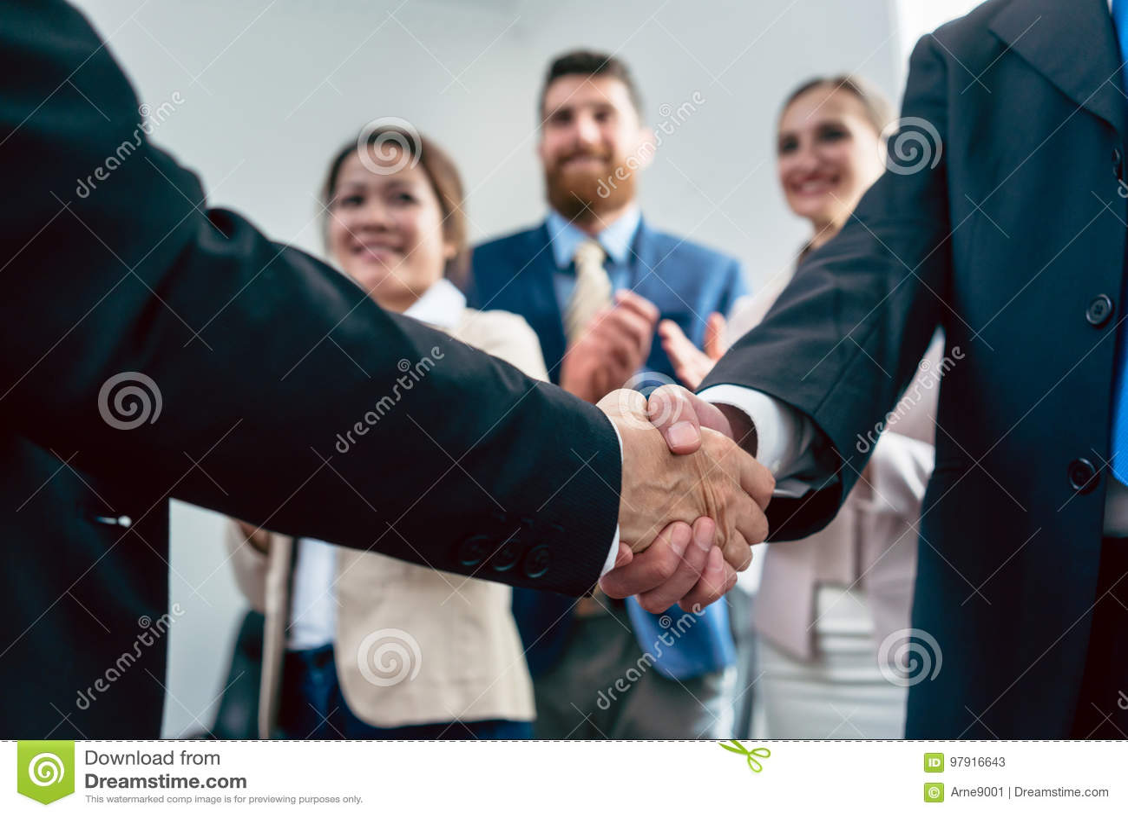 两个商人握手的特写镜头在一个重要协议以后的
