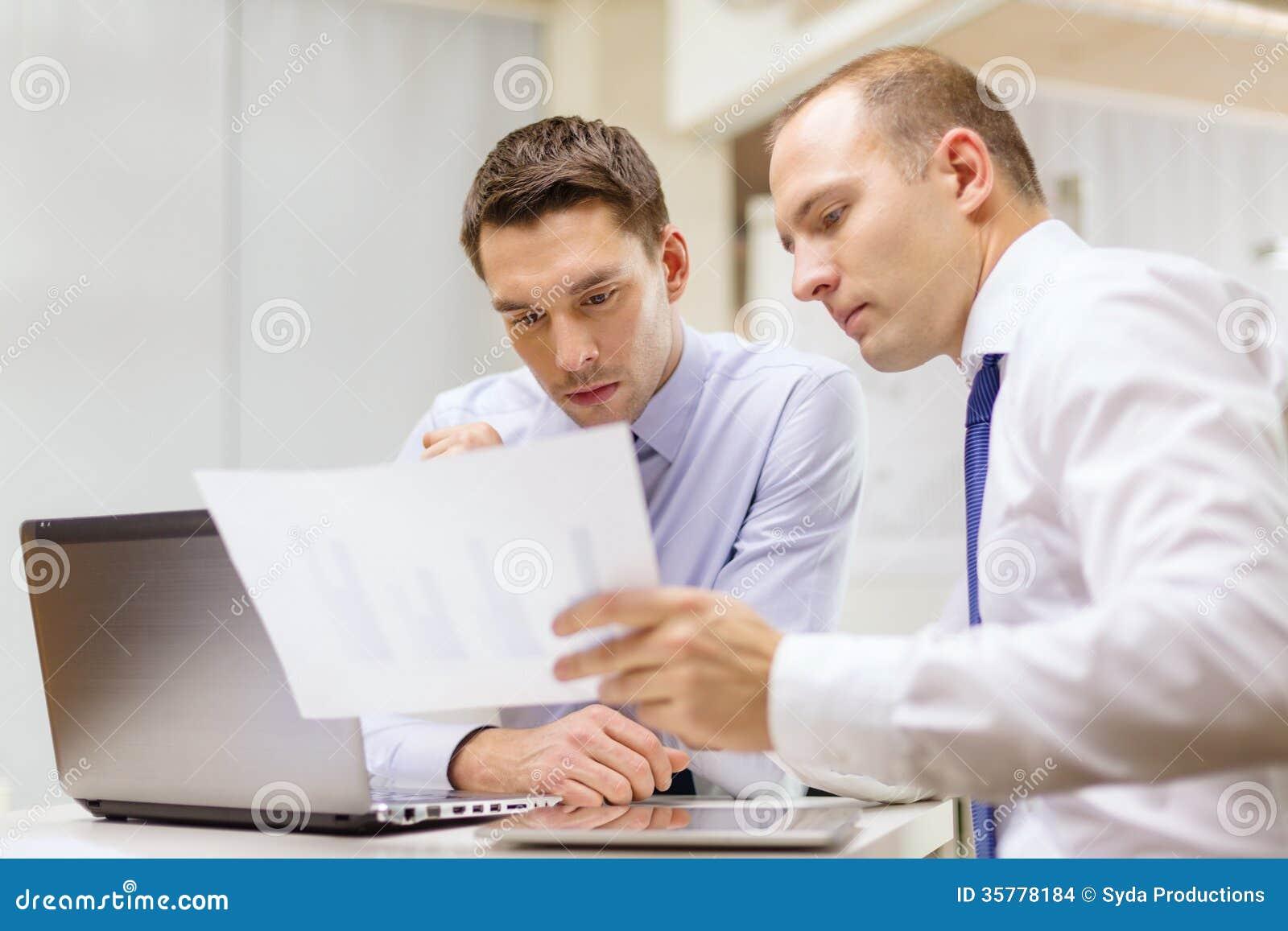 两个商人有讨论在办公室