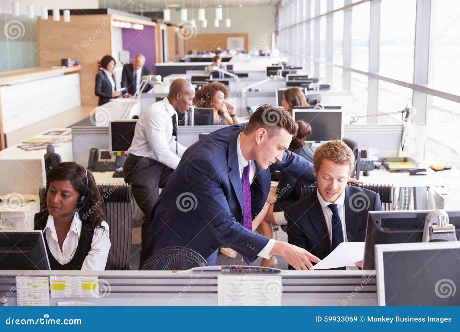 两个商人谈论工作在一个繁忙,开放学制办事处
