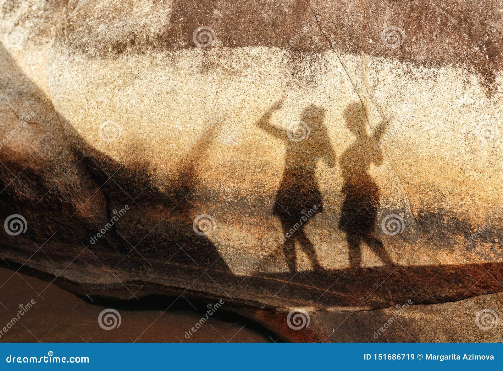两个妇女形象剪影一块大石头的在夏天好日子