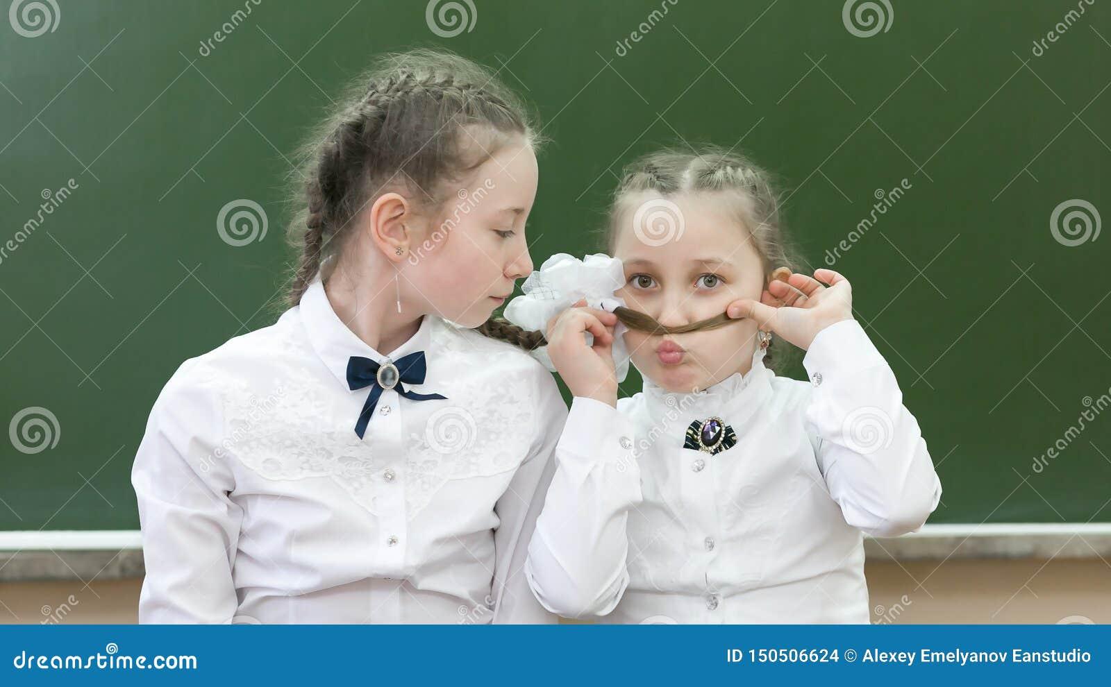 两个姐妹在学校嘲笑学校