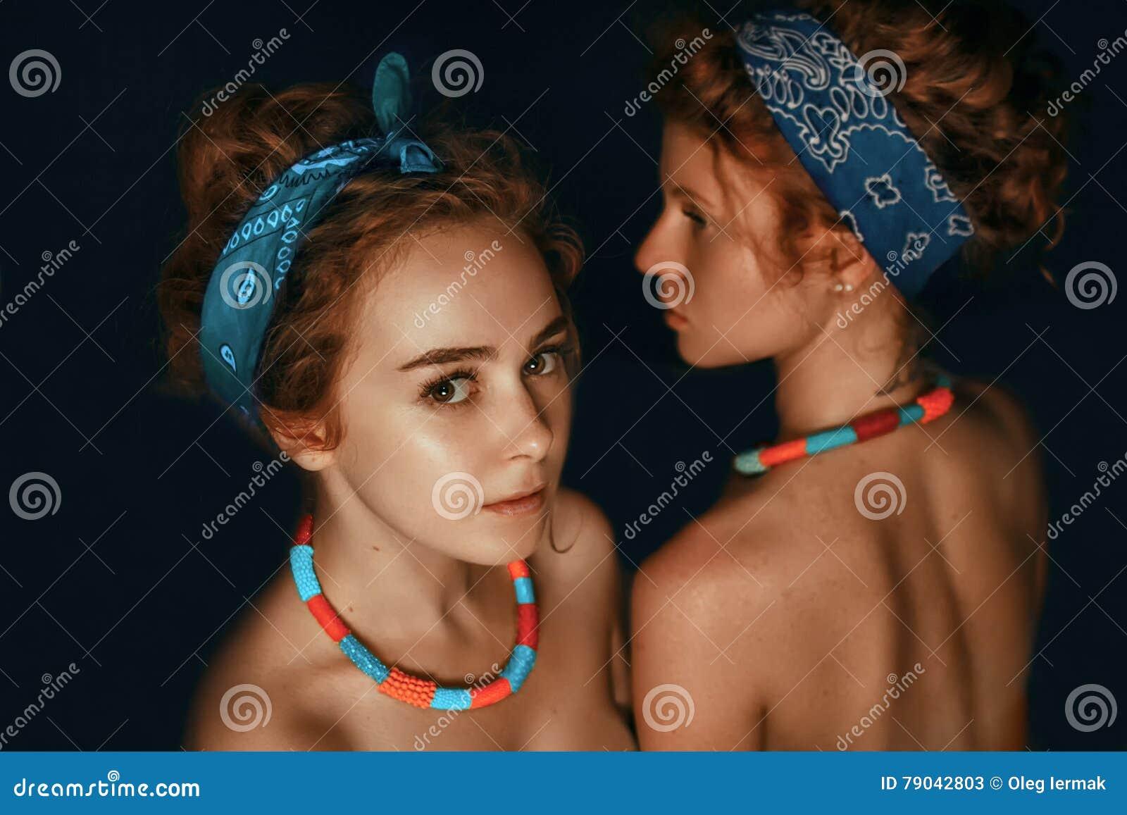 两个姐妹女孩时装模特儿画象与gorgeou的