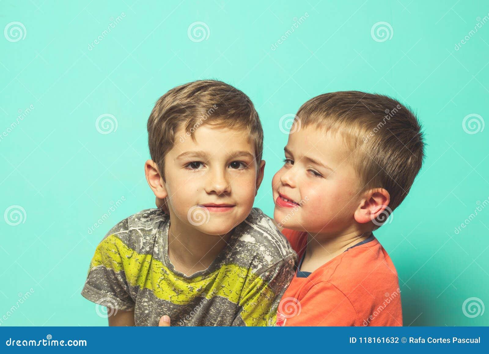 两个孩子画象蓝色背景的
