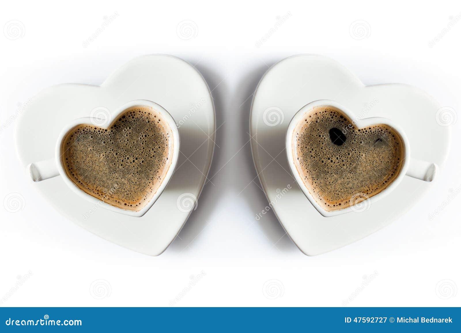 两个心形的杯子无奶咖啡