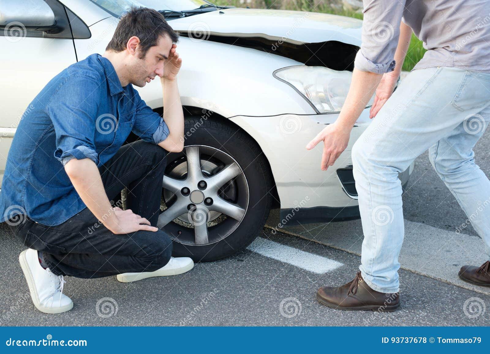 两个恼怒的人争论在车祸以后