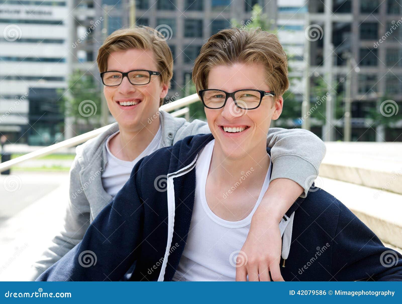 两个愉快兄弟微笑