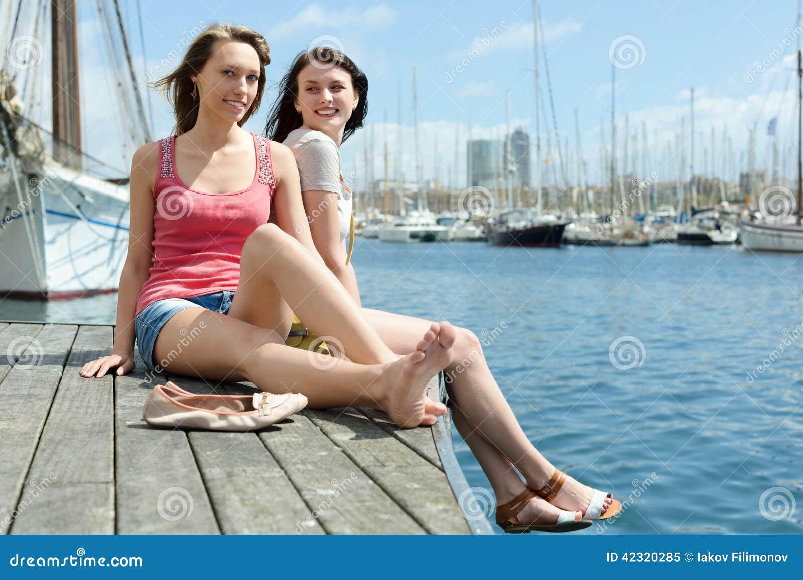 两个愉快的少妇坐停泊处