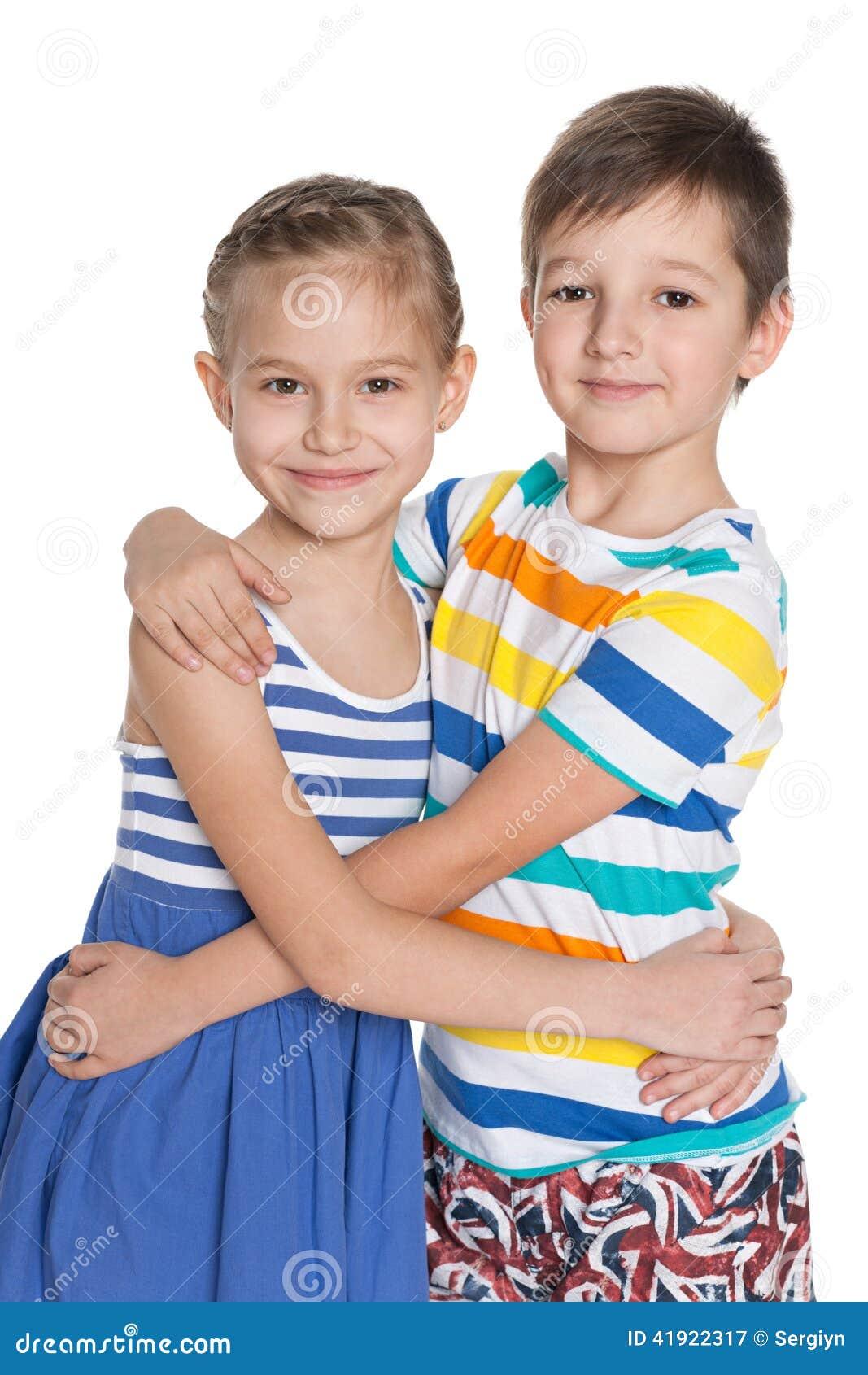 两个拥抱的孩子画象