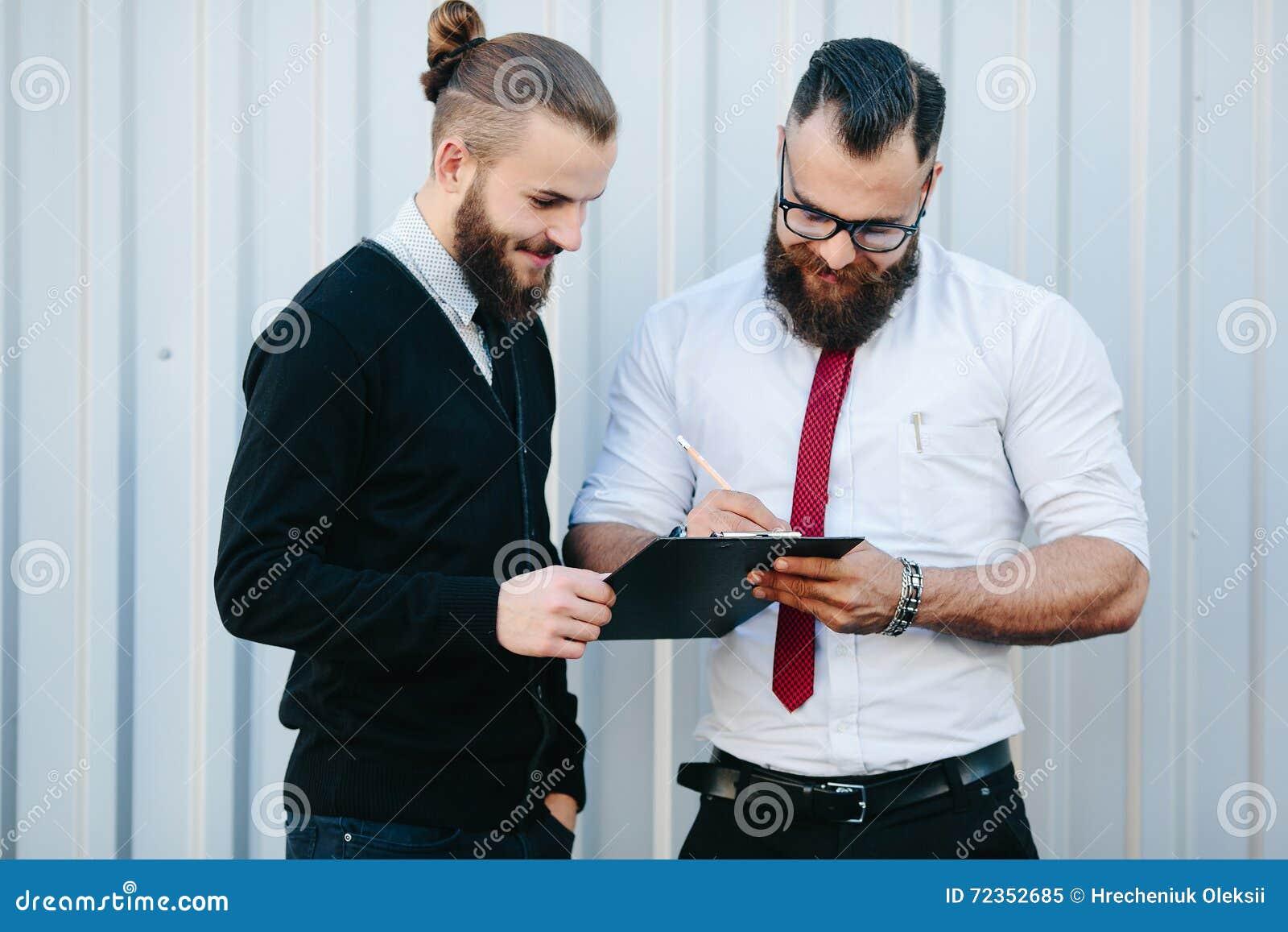 两个有胡子的商人签署的文件