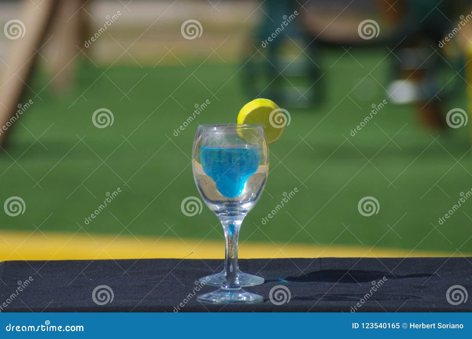 两个杯子蓝色库拉索岛喝桌午间的集合
