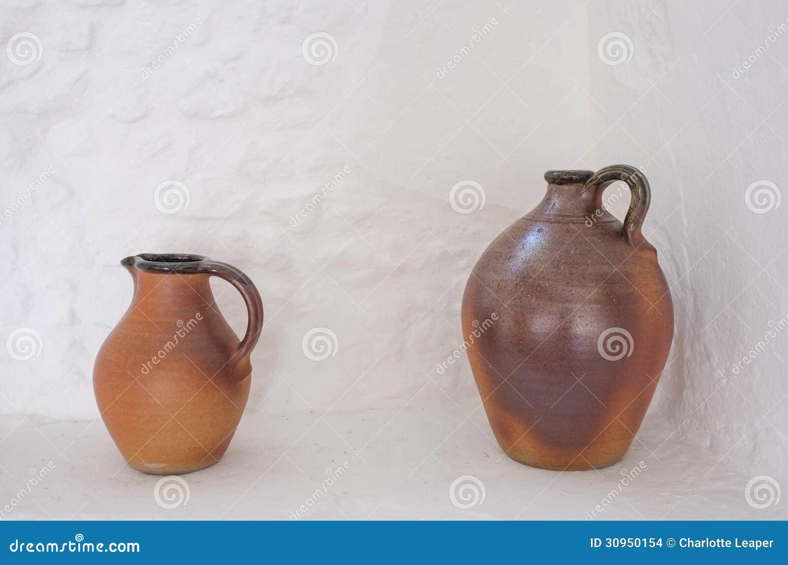 两个棕色瓦器水罐