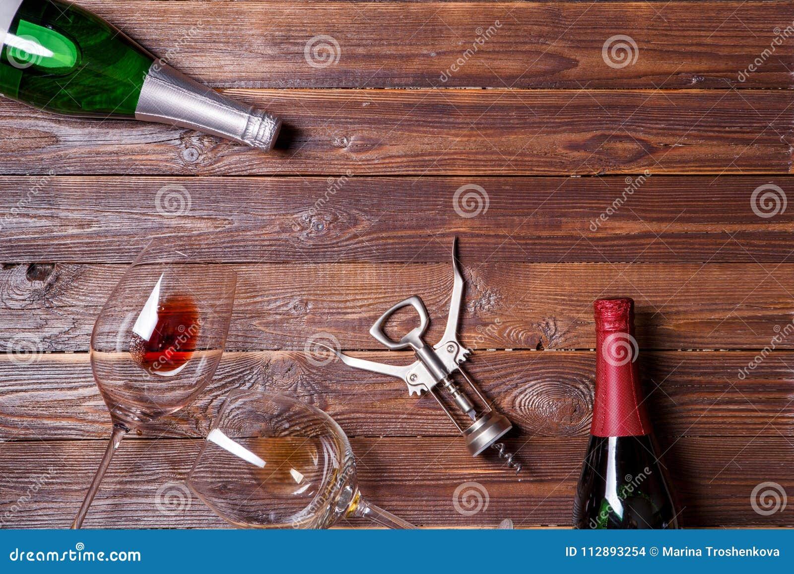 两个瓶酒,两个酒杯和拔塞螺旋照片