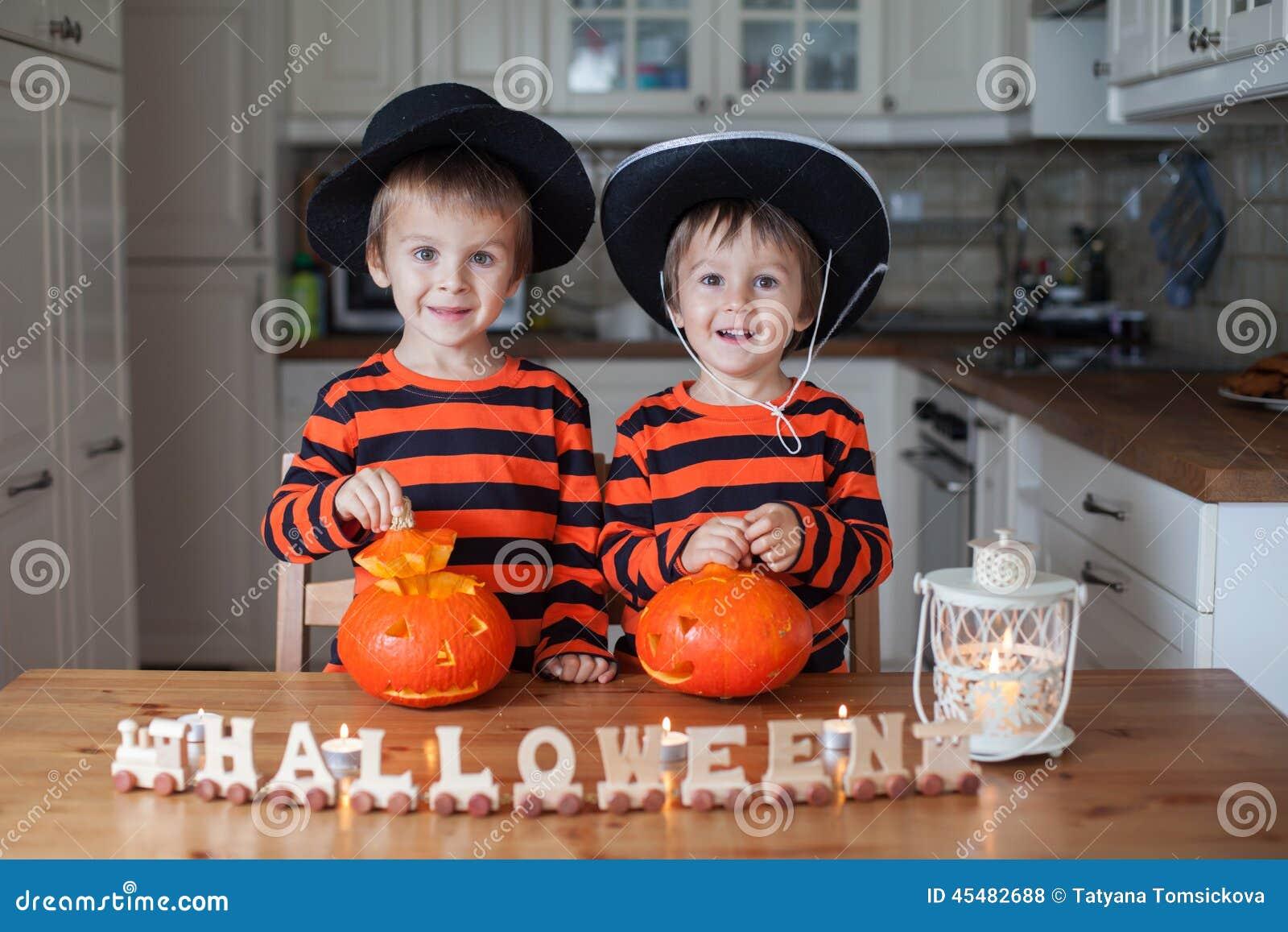 两个男孩在家,南瓜为万圣夜做准备