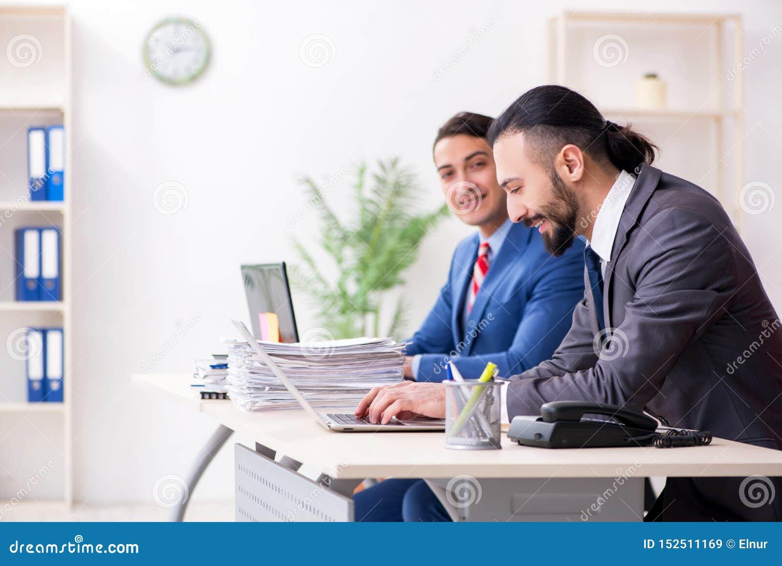两个男性同事在办公室