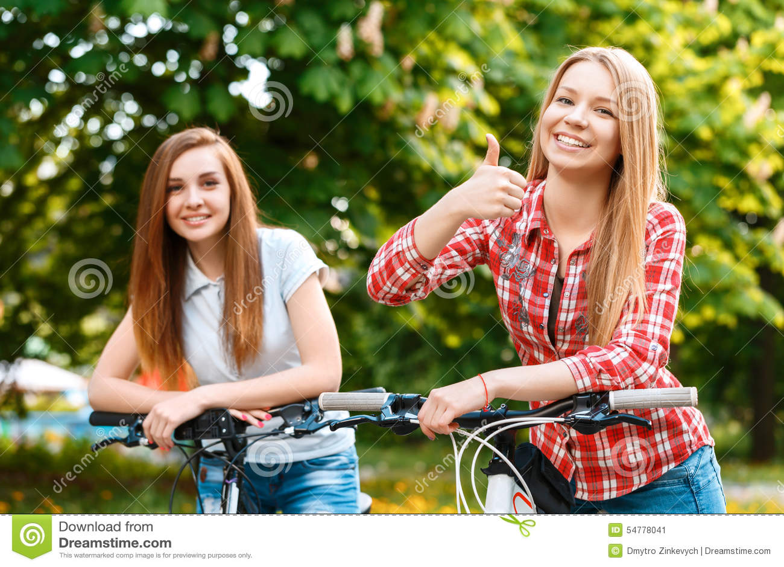 干了女儿和她的两个美丽女同学_两个美丽的女孩临近自行车