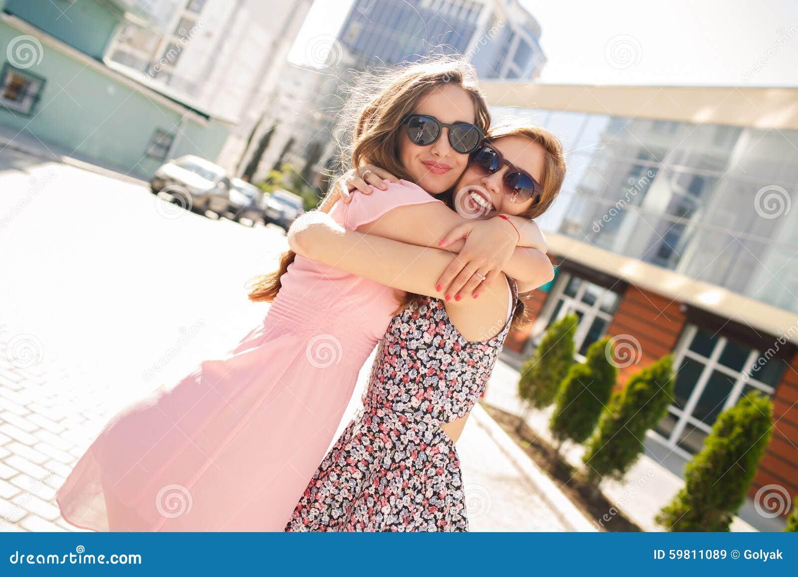 两个美丽的少妇获得乐趣在城市