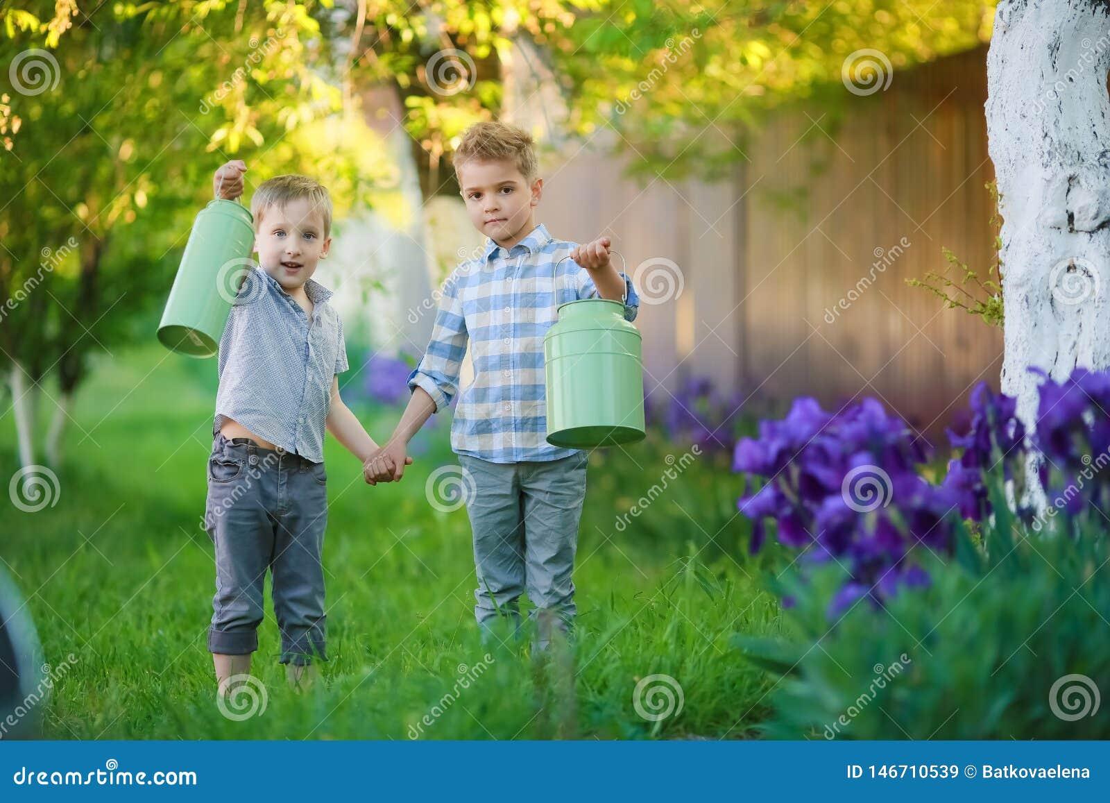 两个英俊的兄弟获得乐趣,当坐外面在庭院时