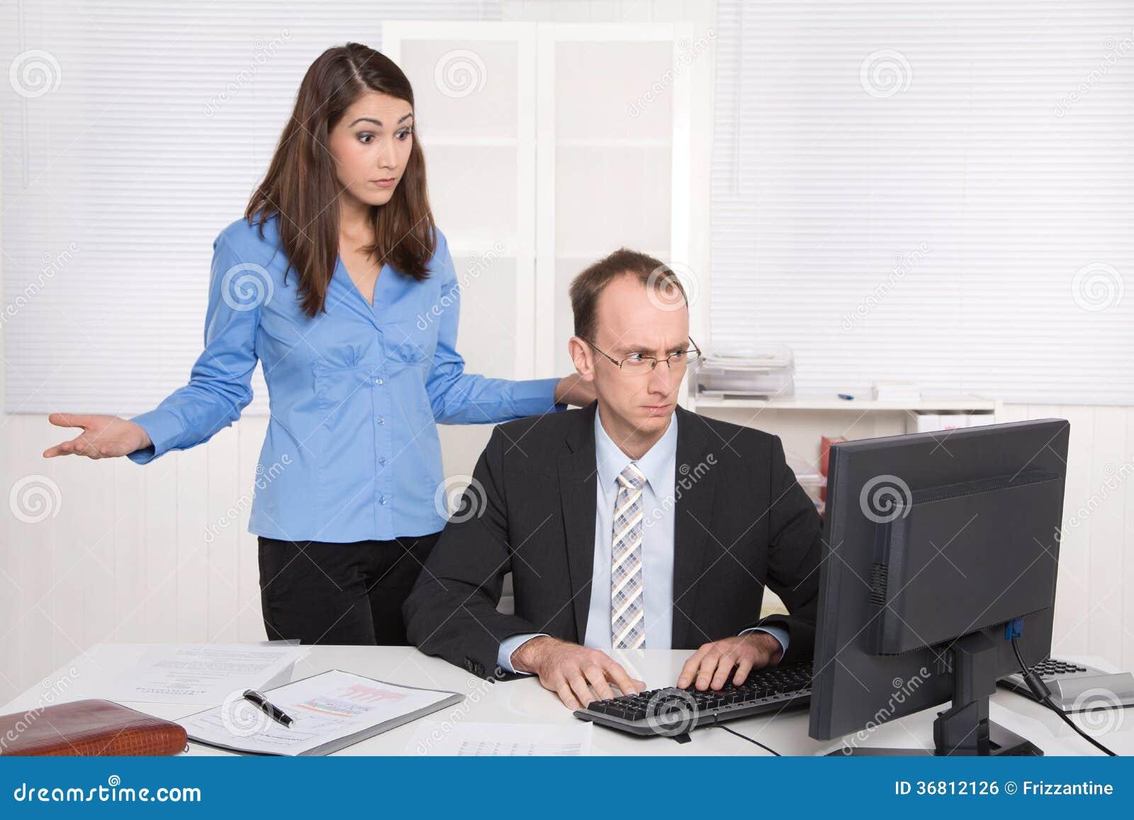两买卖人在办公室-讨论或胁迫在wor