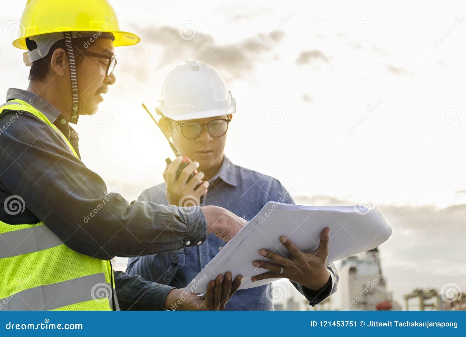 两位工程师在控制中使用无线通信工具和
