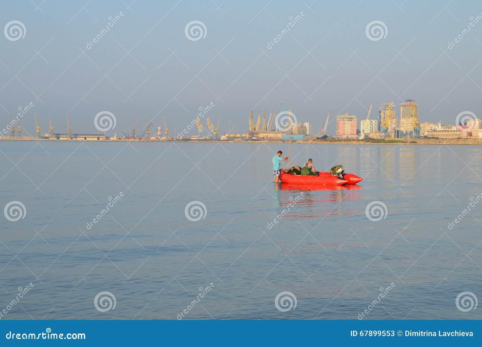两位渔夫他们的小船为钓鱼做准备