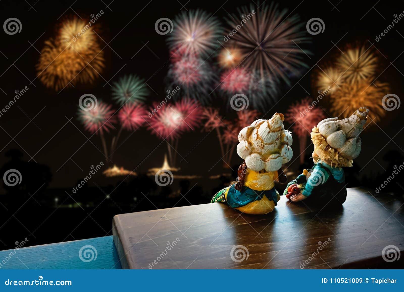 两儿童玩具坐的和观看的烟花
