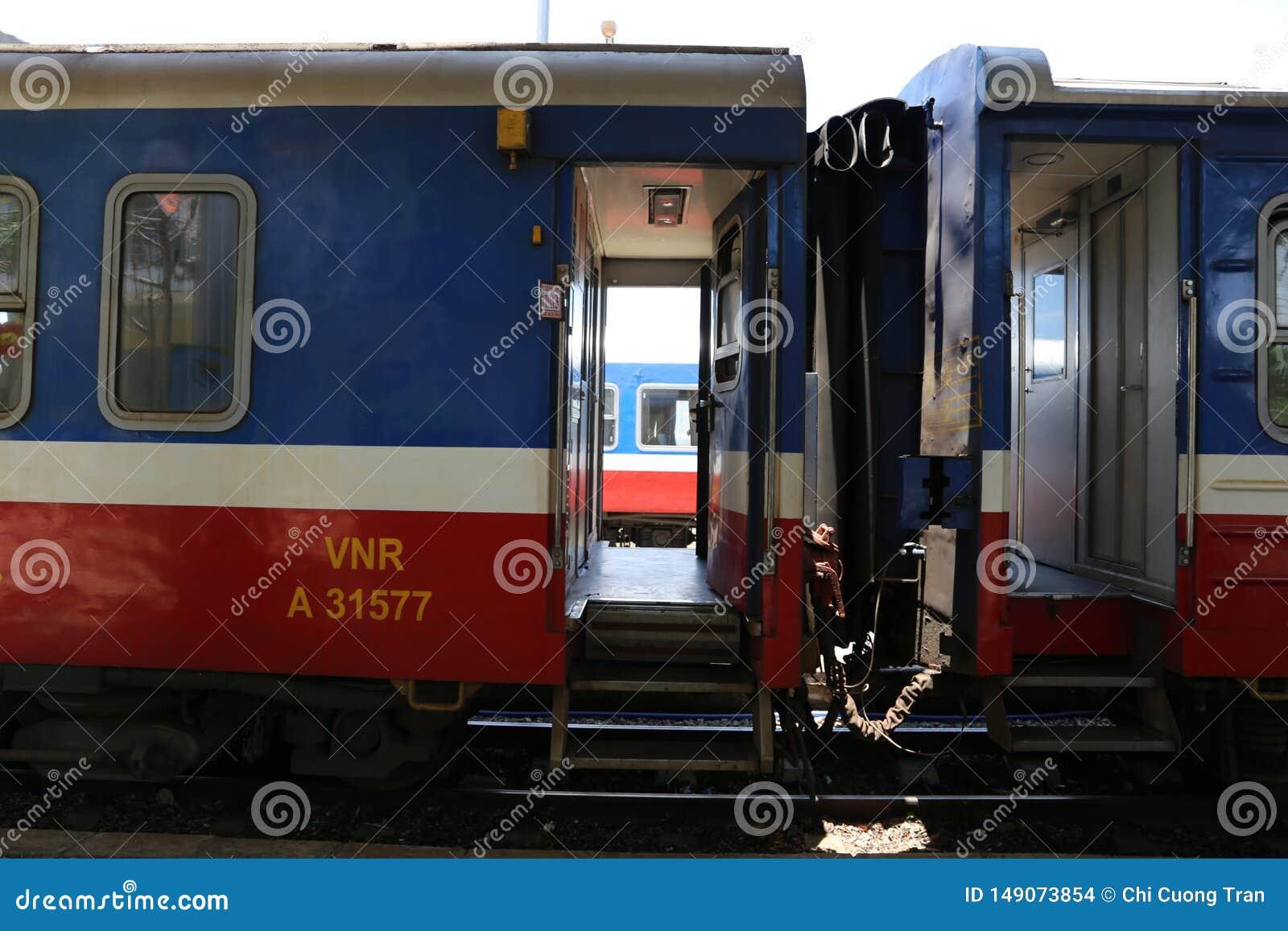 两列火车之间的空白是哀伤的